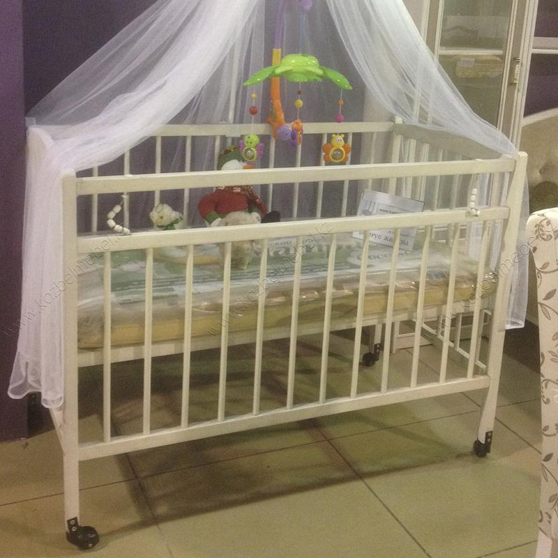 Детская кроватка на колесиках, из массива ольхи